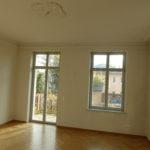 Das Wohnzimmer mit Balkonaustritt