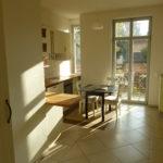 Die Küche mit Balkonaustritt