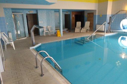 Das Schwimmbad mit Sauna