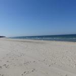 Der breite, feine Sandstrand