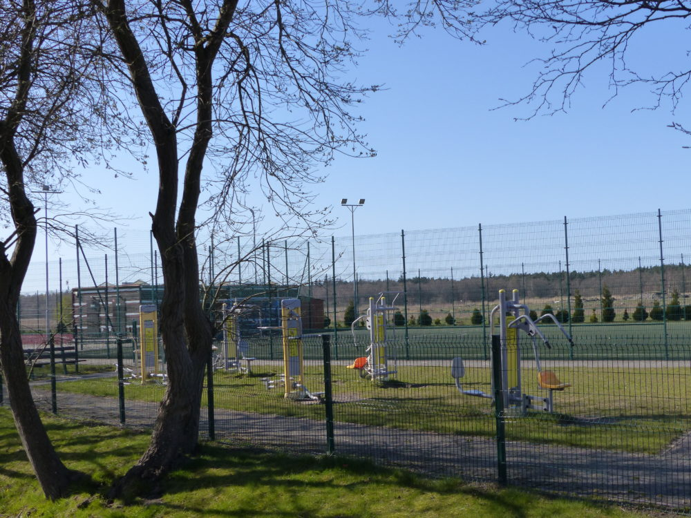 Außentrimmgeräte und Tennisplatz